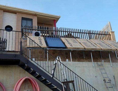 Instalación de seis paneles híbridos ECOMESH con soporte integrado para cubiertas inclinadas
