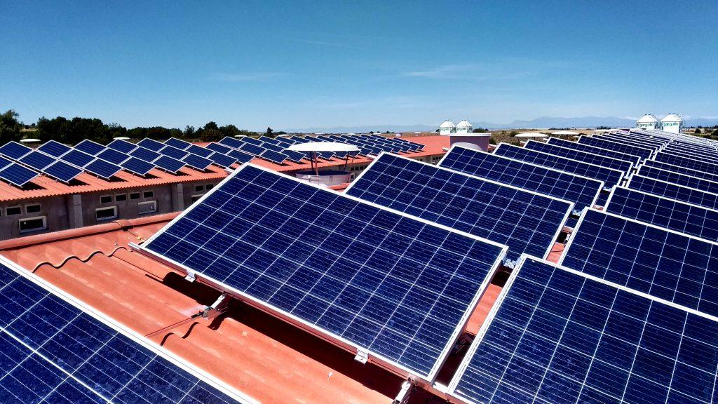Instalación aislada de paneles solares en explotación porcina