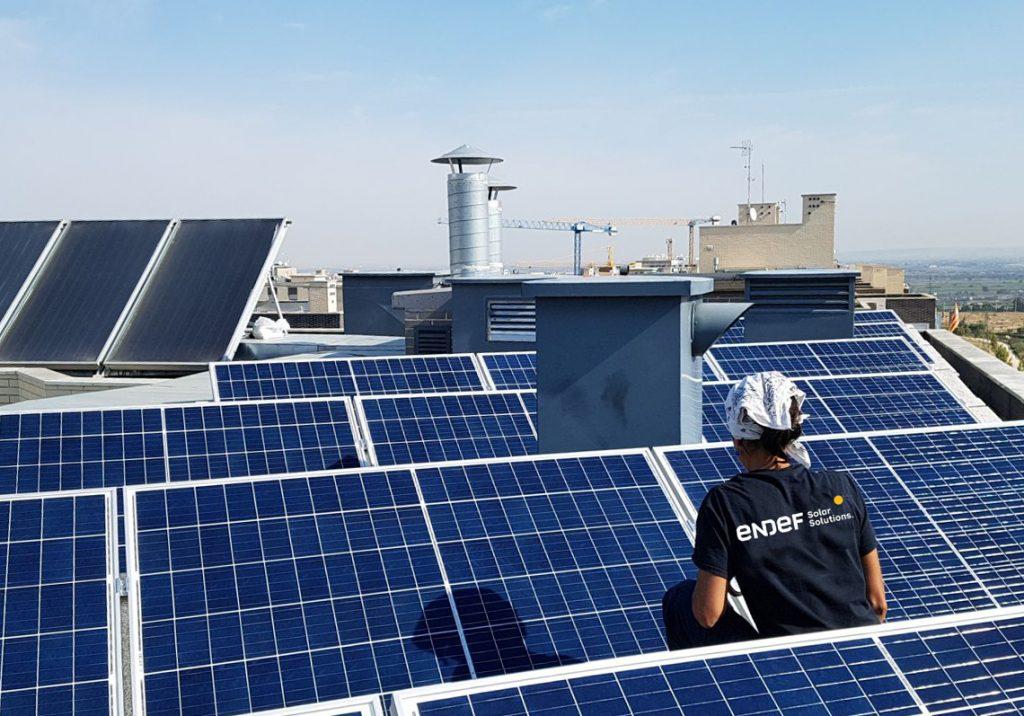 Comunidad de vecinos con una instalación fotovoltaica para consumos comunes